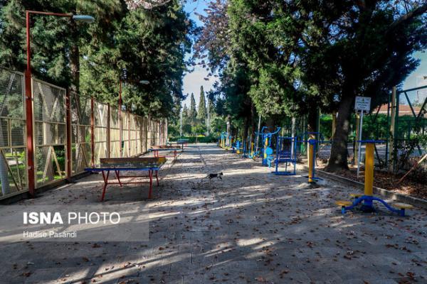 شهروندان در پارک ها فاصله خود را با هم رعایت نمایند